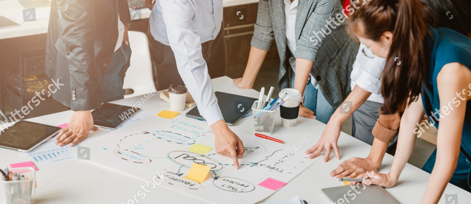 stock-photo-topview-of-creative-agency-business-brain-storm-meeting-presentation-team-discussing-roadmap-to-1512503813